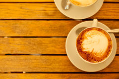 Concepto del arte del Latte Dos tazas con capuchino Fotografía de archivo libre de regalías