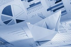 Concepto del asunto, barco de papel y documentos Fotos de archivo libres de regalías