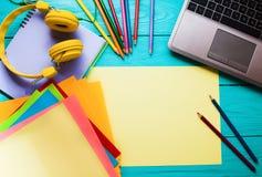 Concepto del asunto Educación en línea Lugar de trabajo con el ordenador y los cuadernos con el espacio de la copia Visión superi Imagenes de archivo