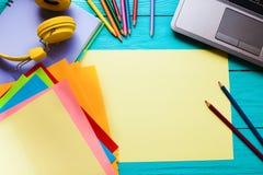Concepto del asunto Educación en línea Lugar de trabajo con el ordenador y los cuadernos con el espacio de la copia Visión superi Foto de archivo libre de regalías