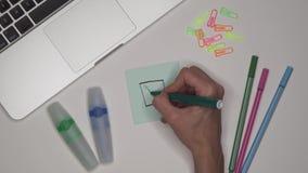 Concepto del asunto Marca de verificación del dibujo de la mujer en caja de control Mesa de la oficina, ordenador portátil almacen de metraje de vídeo