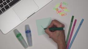 Concepto del asunto Marca de verificación del verde del dibujo de la mujer Mesa de la oficina con el ordenador portátil metrajes