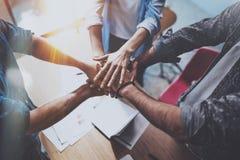 Concepto del asunto del trabajo en equipo La opinión el grupo de tres compañeros de trabajo se une a la mano junta durante su reu foto de archivo libre de regalías