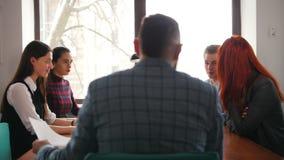 Concepto del asunto Un jefe que se sienta en la conferencia y hace preguntas de sus subordinados metrajes