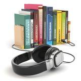 Concepto del audiolibro. Auriculares y libros Foto de archivo libre de regalías
