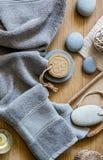 Concepto del baño con la toalla gris, el jabón sólido y los ZENES Stone Imagen de archivo libre de regalías