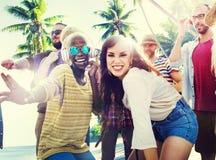 Concepto del baile del partido de la playa del verano de los amigos foto de archivo libre de regalías