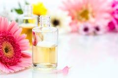 Concepto del balneario con aceite esencial y flores fotografía de archivo libre de regalías