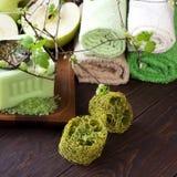 Concepto del balneario con el jabón, la sal y las toallas Imagenes de archivo