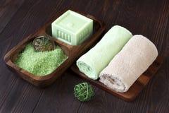 Concepto del balneario con el jabón, la sal y las toallas Fotografía de archivo libre de regalías