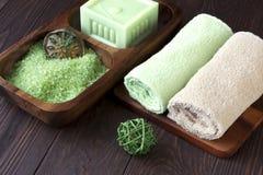 Concepto del balneario con el jabón, la sal y las toallas Fotos de archivo libres de regalías