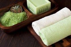 Concepto del balneario con el jabón, la sal y las toallas Foto de archivo libre de regalías