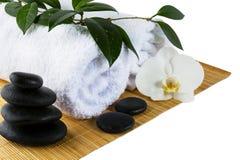 Concepto del balneario con las piedras blancas de la orquídea y del balneario en blanco Fotografía de archivo libre de regalías