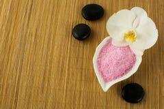 Concepto del balneario con las piedras rosadas de la sal y del balneario del mar Fotografía de archivo libre de regalías