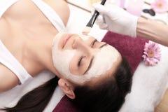 Concepto del balneario Mujer joven con la máscara facial nutritiva en sal de la belleza Fotos de archivo