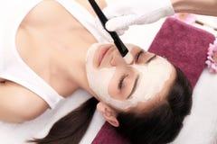 Concepto del balneario Mujer joven con la máscara facial nutritiva en sal de la belleza Fotos de archivo libres de regalías