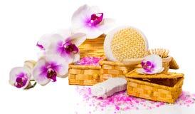 Concepto del balneario Orquídea de la ramita, cajas con la sal y otros accesorios Imagen de archivo libre de regalías