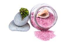Concepto del balneario: sal en un tarro de cristal, dos piedras, una cáscara, GR del mar Fotos de archivo