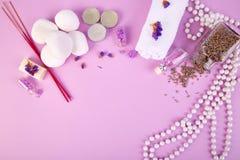 Concepto del balneario Velas, belleza del jabón y cosmético aromáticos del balneario fotografía de archivo