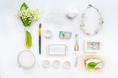 Concepto del blog de la belleza Accesorios diseñados femeninos: el smartfone, los relojes, el collar, el cosmético y el ramo de p Fotografía de archivo libre de regalías