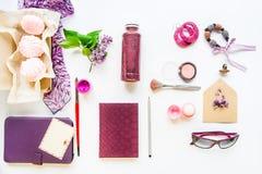 Concepto del blog de la belleza Color de la lila Accesorios diseñados femeninos: cuaderno, gafas de sol, artículos del bijouterie Fotografía de archivo
