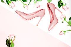 Concepto del blog de la belleza fondo femenino desnudo rosado del blanco del shoeson Endecha plana, fondo femenino de la moda de  Foto de archivo