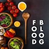 Concepto del blog de la comida Verduras orgánicas para el abastecimiento dietético en negro Foto de archivo libre de regalías