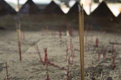 Concepto del budismo de la adoración del olor del aroma del palillo de ídolo chino del incienso Foto de archivo