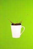 Concepto del café Arte mínimo Fondo sólido El café salpica imágenes de archivo libres de regalías
