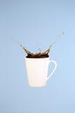 Concepto del café Arte mínimo Fondo sólido El café salpica imagen de archivo