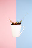 Concepto del café Arte mínimo Fondo sólido El café salpica fotografía de archivo libre de regalías