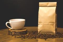Concepto del café con el bolso para los granos de café fotos de archivo