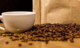Concepto del café con el bolso para los granos de café imagen de archivo libre de regalías