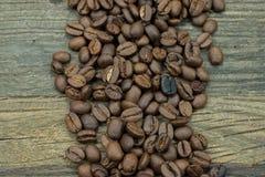 Concepto del café: granos de café en el fondo de madera Imagen de archivo libre de regalías