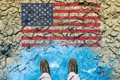 Concepto del cambio de clima, tierra secada, hielo y bandera de los E.E.U.U. Fotografía de archivo libre de regalías