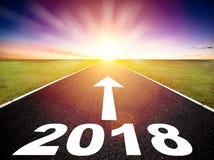 Concepto 2018 del camino vacío y de la Feliz Año Nuevo