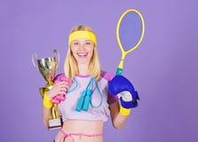 Concepto del campeón Cubilete de oro del control del instructor del deporte de la muchacha del ganador o del campeón Mujer buena  imagenes de archivo