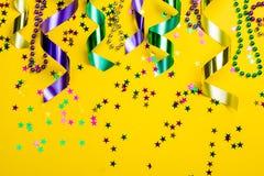 Concepto del carnaval del carnaval - gotas en fondo amarillo fotografía de archivo