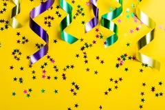 Concepto del carnaval del carnaval - gotas en fondo amarillo imagen de archivo