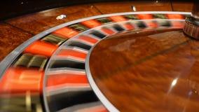 Concepto del CASINO Opinión superior sobre ruleta en el movimiento, giro blanco de la bola Concepto de la mala suerte y de la bue almacen de video