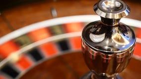 Concepto del CASINO ruleta defocused en el movimiento, giro blanco de la bola Concepto de la mala suerte y de la buena suerte Vir metrajes