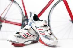 Concepto del ciclo y del deporte Zapatos de ciclo del deporte con los listones y las cubiertas fotos de archivo libres de regalías