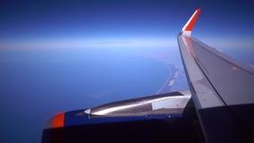 Concepto del cielo del aeroplano del ala del motor La vista del avión del motor del aeroplano de la ventana considera la puesta d almacen de video