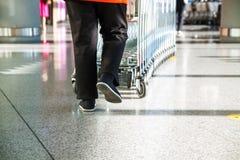 Concepto del comercio al por menor del consumidor de las compras de la carretilla del supermercado imágenes de archivo libres de regalías