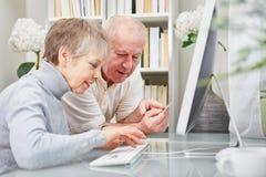 Concepto del comercio electrónico con los pares mayores Fotografía de archivo