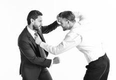 Concepto del conflicto del negocio Hombres jovenes en desgaste formal o negocio foto de archivo