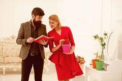 Concepto del conocimiento El hombre barbudo leyó el libro acerca de las plantas crecientes a la mujer, conocimiento Biblioteca de foto de archivo