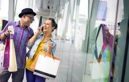 Concepto del consumerismo del cliente del gasto de la gente que hace compras imagen de archivo
