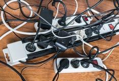 Concepto del consumo de electricidad Muchos cables de aparatos electrodomésticos eléctricos Foto de archivo libre de regalías