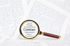 Concepto del contrato y de la lupa Fotografía de archivo